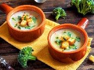 Рецепта Зеленчукова крем супа с броколи, карфиол, моркови, заквасена сметана и крутони